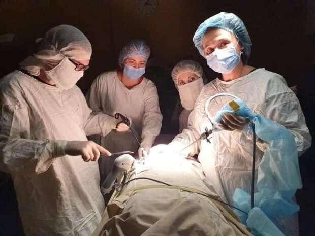 Львівські медики видалили гігантську пухлину у 14-річної дівчинки: завбільшки з баскетбольний м'яч