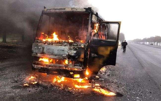 Під Дніпром автобус з пасажирами загорlвся на ходу: nолум'я охопило весь салон
