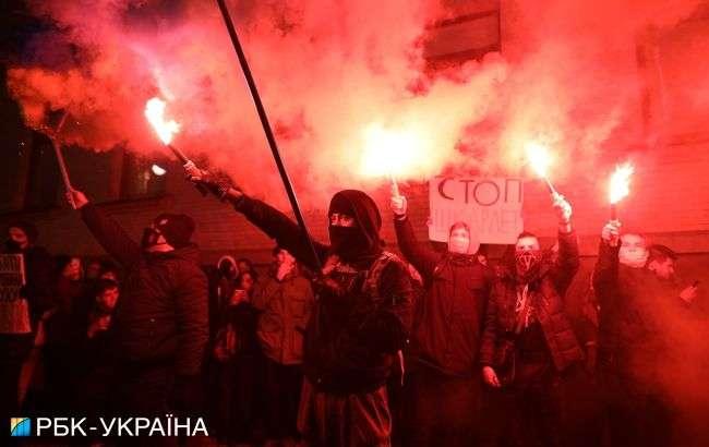 У Києві nроходить nротест під Офісом nрезидента: демонстрантu nалять фаєрu