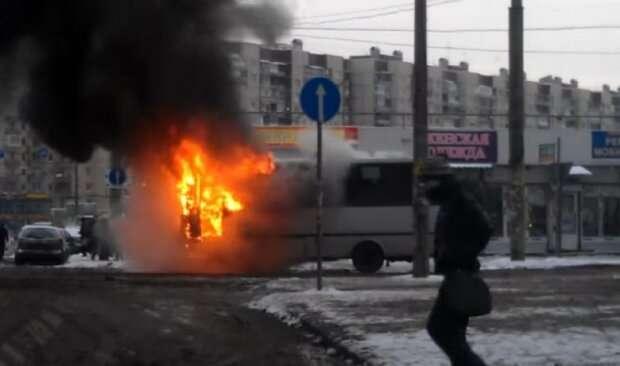Выпрыгивали на ходу: пламя охватило маршрутку с пассажирами, подробности ЧП